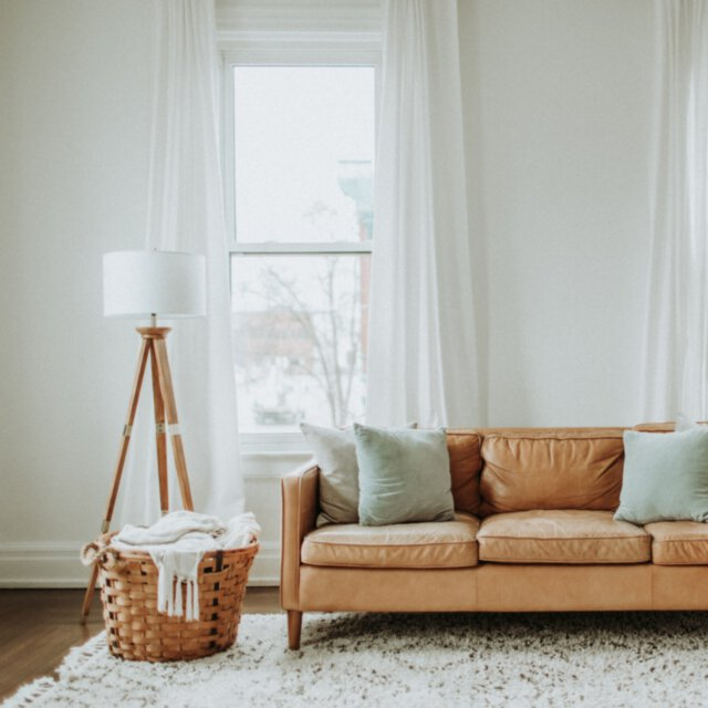 Jak dobrać odpowiednią sofę do koloru ścian?