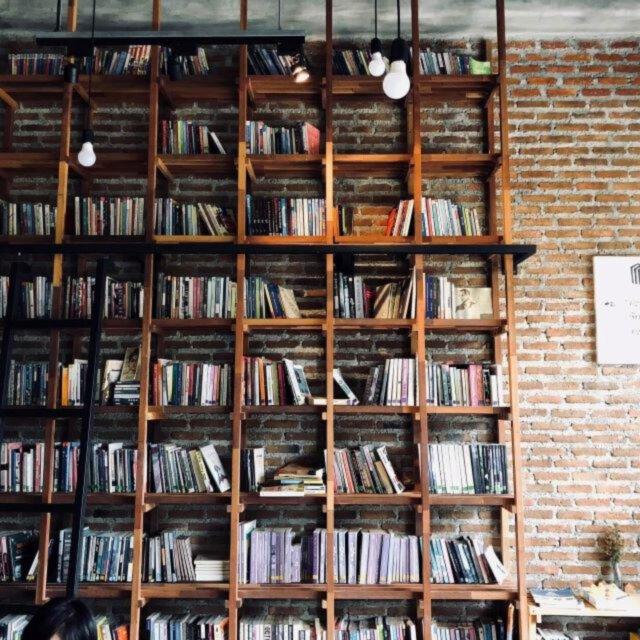 Jak układać książki na półkach?